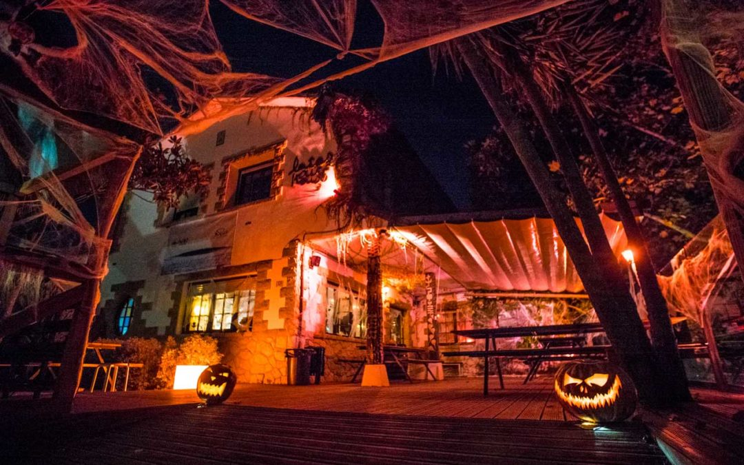 [Video] Halloween party at Latas Surf House: the party before the perfect storm